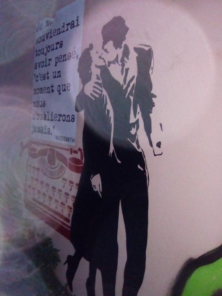 800px-Graffiti_-_Couple_s'embrassant_-_Lyon